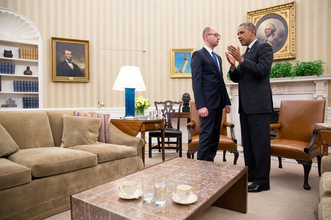 President_Barack_Obama_talks_with_Prime_Minister_Arseniy_Yatsenyuk_of_Ukraine_at_the_conclusion_of_their_bilateral_meeting_in_the_Oval_Office,_March_12,_2014._(Official_White_House_Photo_by_Pete_Souza)1_of_7
