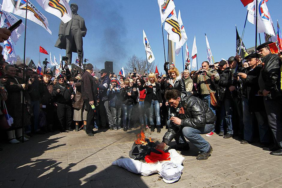 Protesters in East Ukraine burn the portrait of Stepan Bandera, the leader of Ukrainian Nazis before, during and after World War II.