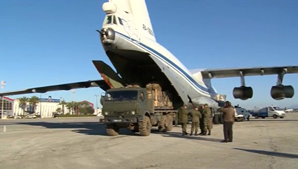 Loading of humanitarian cargo to a plane to be later dropped in Deir-ez-Zor. Archive photo. © Russian Defense Ministry public affairs office