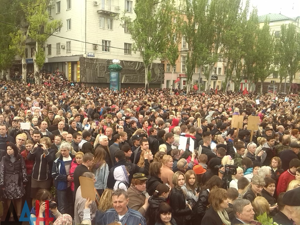 Victory Day over Nazi Germany celebration in Donetsk. May 9, 2015. A number of people are holding the photos of their relatives, who died liberating the world from fascism in 1940s. Photo © Donetsk News Agency