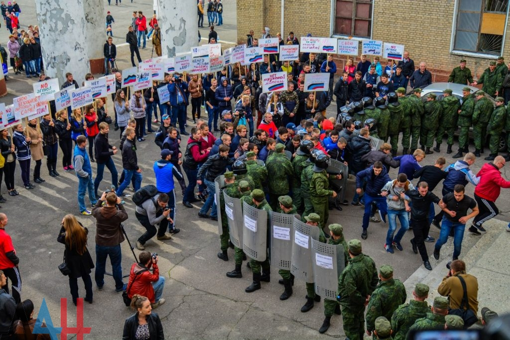 DPR residents prepare to oppose armed missions by non-violent means. Photo © Donetsk News Agency