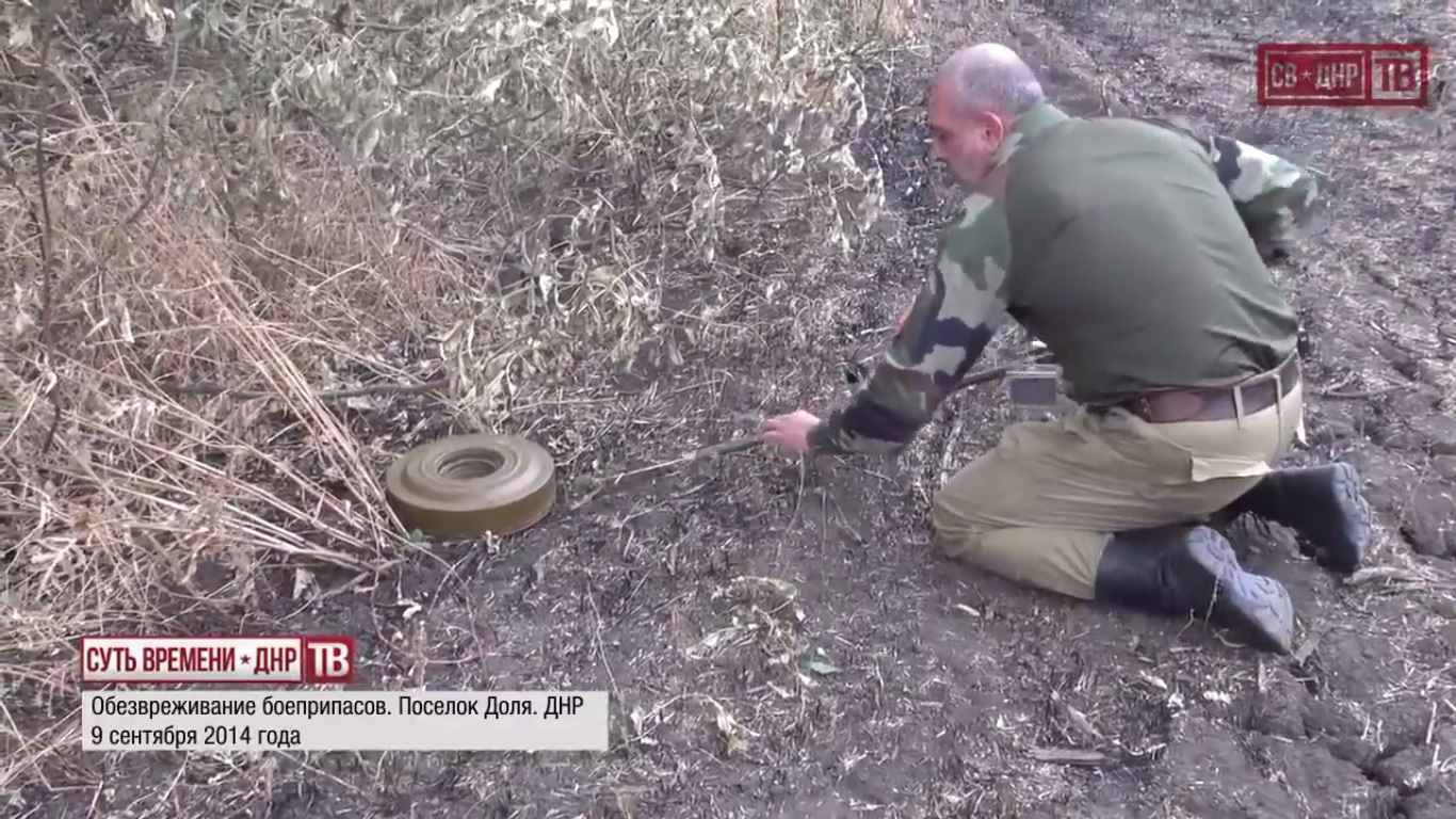 Defusing a mine. September 9, 2014.  Still from EoT-DPR TV Issue 179