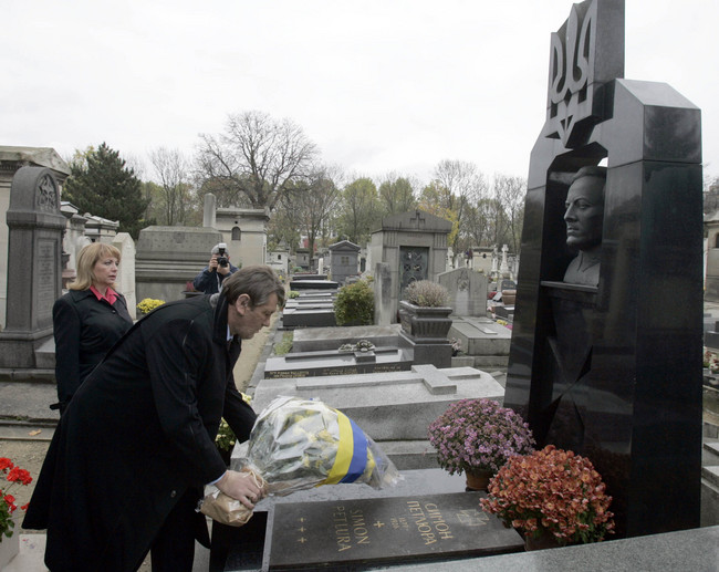 Former Ukrainian President Yushenko with his wife at the grave of Petliura in France. 2015 photo by Skapirus, licensed under CC BY SA 3.0